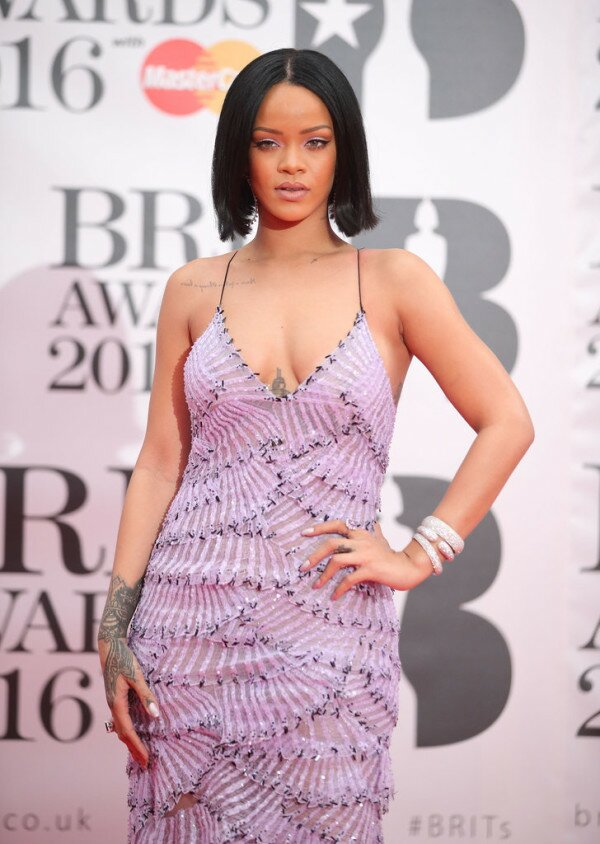 See Rihanna's Dress and Performance with Drake at the BRIT Awards! - Jawbreaker